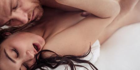 un homme et une femme font l'amour, sans cacher leur plaisir sexuel