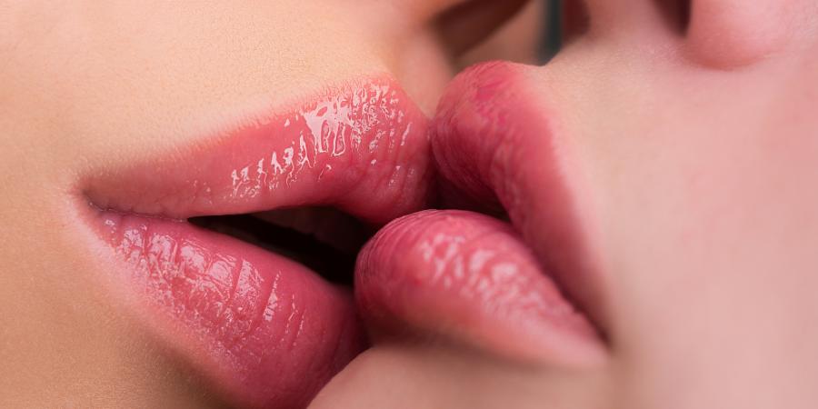 Deux femmes s'embrassent, les lèvres sont une zone érogène