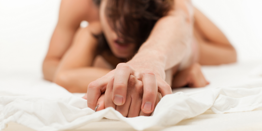 une femme fait l'amour et a un orgasme