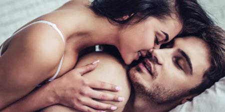 un homme et une femme pratiquent le dirty talk en faisant l'amour, en échangeant des phrases cochonnes et des paroles coquines