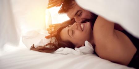 couple faisant l'amour en utilisant un lubrifiant intime