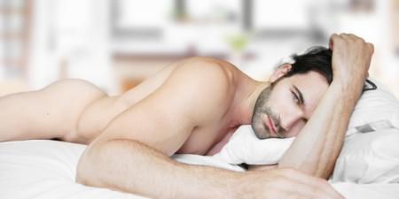 Un homme attend que sa femme glisse un doigt dans son anus pour stimuler sa prostate