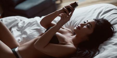 Une femme envoie un sexto, un sms érotique