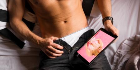 homme qui se donne du plaisir avec un masturbateur et du porno