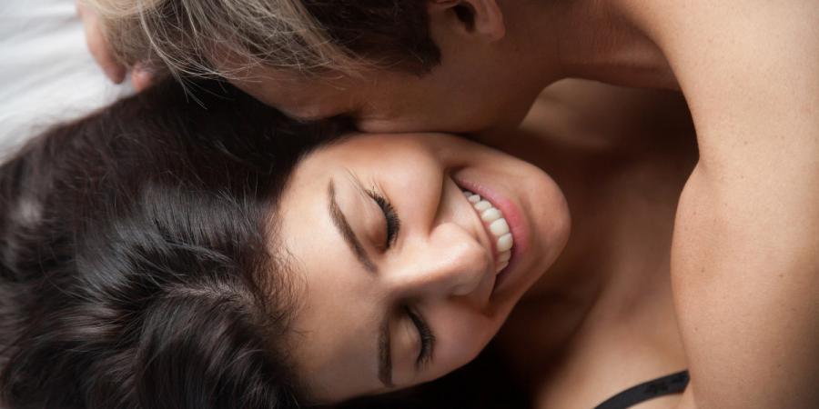 Couple au lit qui vont pratiquer la position sexuel speed bump