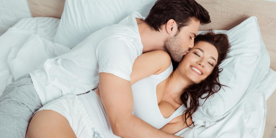 couple au lit entrain de s'embraser qui vont utiliser un anneau pénien