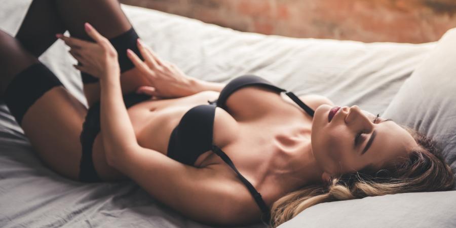 femme sexy sur un lit pendant un shooting boudoir